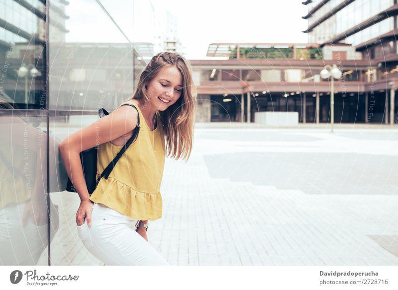 Fröhlich schöne junge Frau Schüler blond Lächeln Mode Glück Rucksack gelb