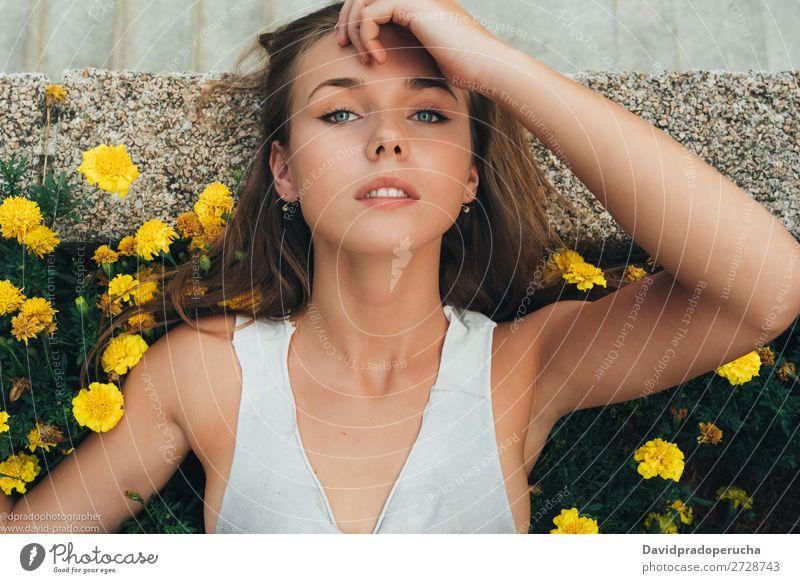 Junge Frau auf Blumen liegend Mensch feminin Jugendliche Erwachsene Körper Haut Gesicht Auge Nase Mund Lippen 1 18-30 Jahre selbstbewußt Tag Blick in die Kamera