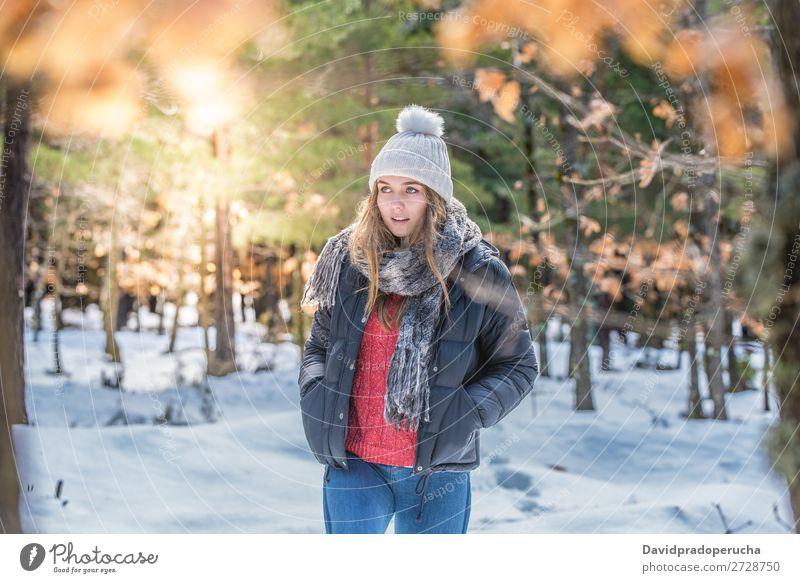 Porträt Junge hübsche Frau im Winter im Schnee Jugendliche Glück blond Nahaufnahme schön Mädchen Kaukasier Erwachsene Mode Haut Außenaufnahme Luft Mensch Natur