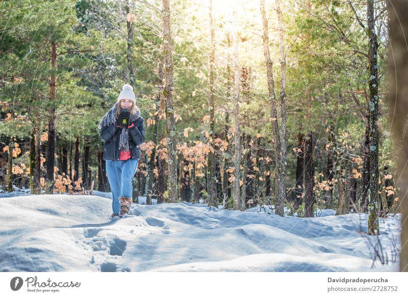 Junge schöne Frau im Winter im Schnee Jugendliche Glück blond Mädchen