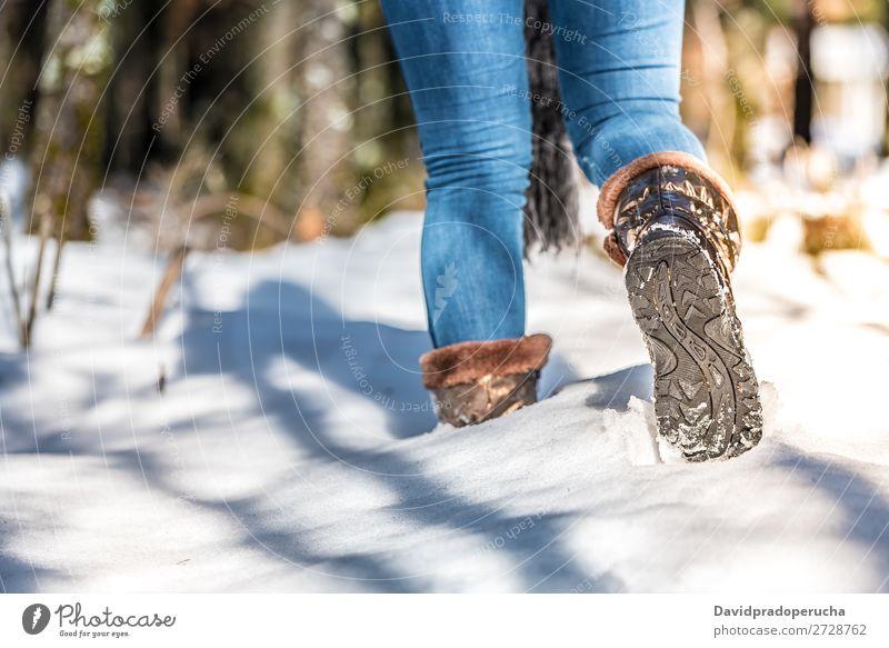 Porträt Frau Stiefel auf einer Straße mit Schnee im Winter Wandern laufen Jugendliche Nahaufnahme schön Mädchen Mode Außenaufnahme Luft Mensch Natur Bekleidung