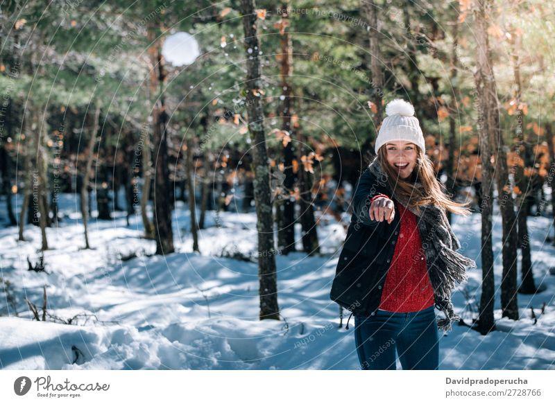 Porträt Junge hübsche Frau beim Genießen und Spielen mit Schnee im Winter Jugendliche Glück blond