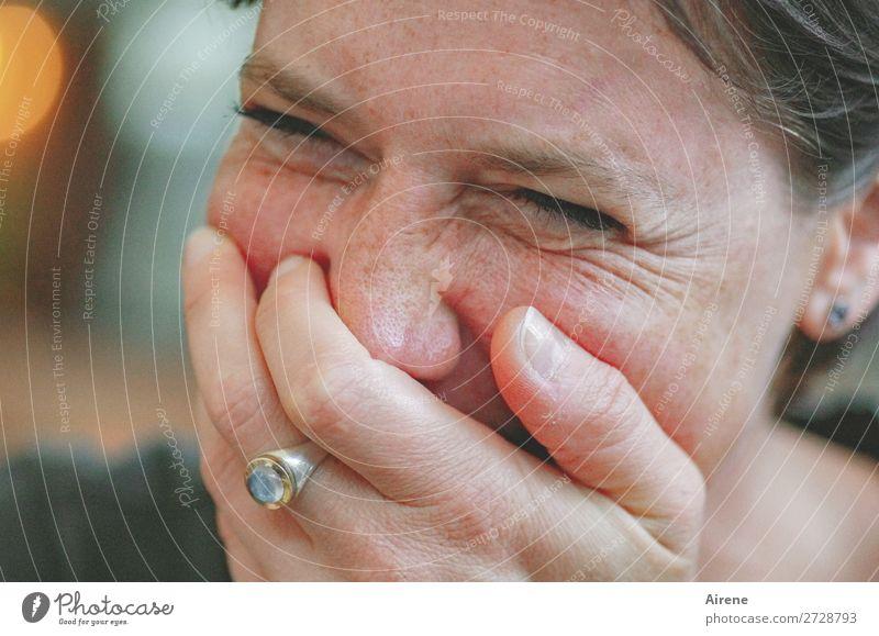 zum Kaputtlachen (UT Dresden) feminin Frau Erwachsene Gesicht Hand 1 Mensch Ring Edelstein Fröhlichkeit lustig natürlich Freude Humor Witz heiter Farbfoto