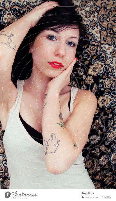 // feminin Frau Erwachsene 1 Mensch 18-30 Jahre Jugendliche liegen verführerisch Tattoo Orientteppich Lippenstift rot Haare & Frisuren Arme Mode Blick Auge zart