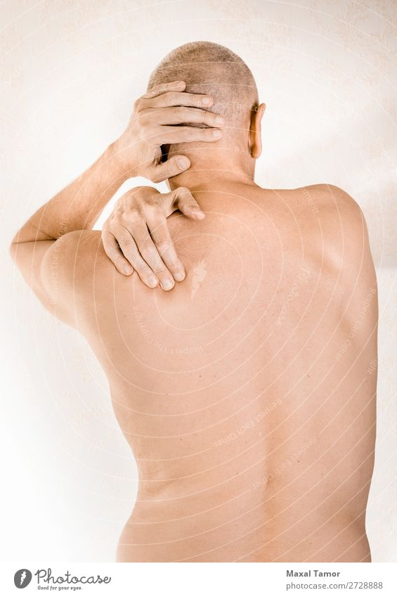 Mann mit Brustwirbel- oder Trapezmuskelschmerzen Körper Gesundheitswesen Krankheit Medikament Massage Mensch Erwachsene Hand muskulös Schmerz Stress Neuralgie