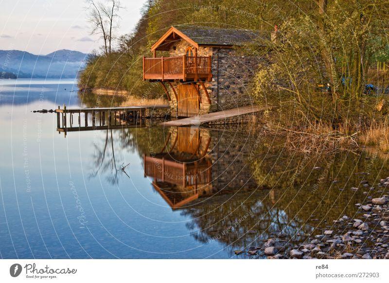 Morgenerwachen Umwelt Natur Landschaft Wasser Nebel Hügel Seeufer Fjord genießen Bootshaus Wasserfahrzeug ruhig ruhend Glätte Wasseroberfläche Farbfoto