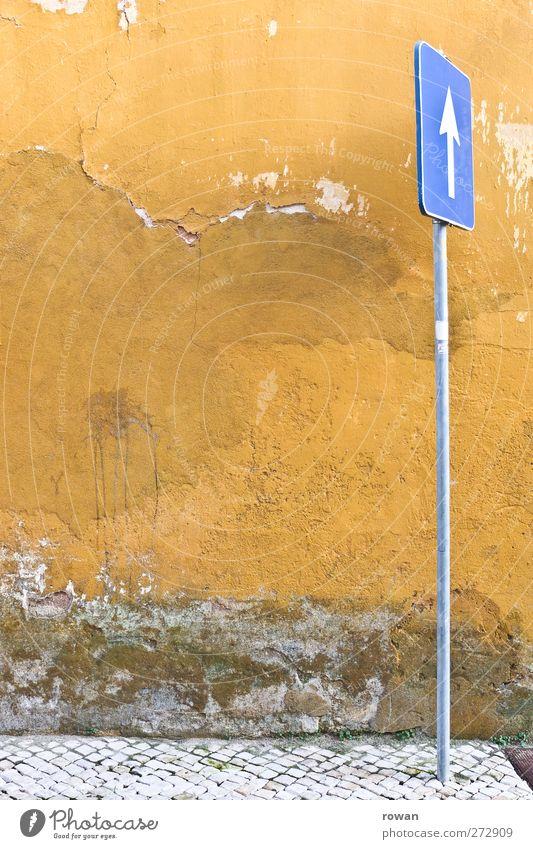 einbahnwand blau alt gelb oben Mauer Schilder & Markierungen Verkehr Pfeil Bürgersteig Hinweis Fußgänger Spalte Verkehrsschild Schimmelpilze Verkehrszeichen