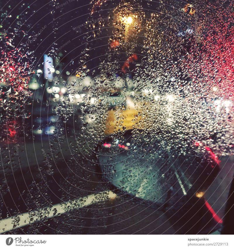 Raining day. Wasser Wassertropfen Stadt Hafenstadt Menschenleer leuchten bedrohlich dunkel gelb rot Regen Glasscheibe PKW Spiegel Straße Beleuchtung Bremen
