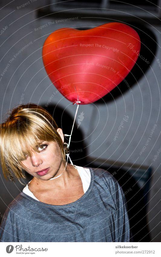 zu schwer Valentinstag feminin Junge Frau Jugendliche Kopf 1 Mensch 18-30 Jahre Erwachsene Party Frankfurt am Main Offenbach Stadtrand Parkplatz Mauer Wand