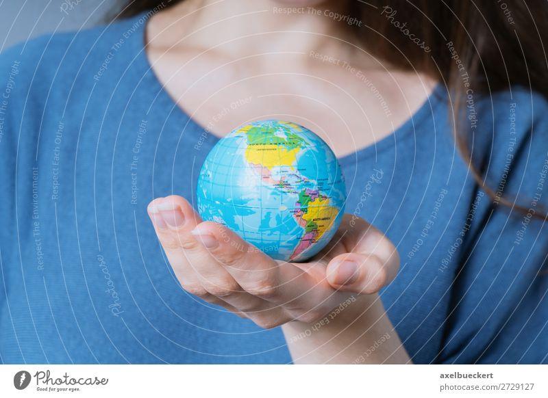 Frau hält Weltkugel in ihrer Hand Lifestyle Ferien & Urlaub & Reisen Mensch feminin Junge Frau Jugendliche Erwachsene 1 18-30 Jahre Umwelt Erde Klima
