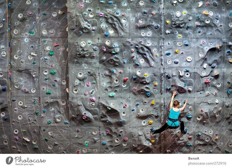 Klettern Mensch Frau Jugendliche Erwachsene feminin Sport Leben Wand Bewegung grau Stein Junge Frau Gesundheit Kraft Freizeit & Hobby hoch