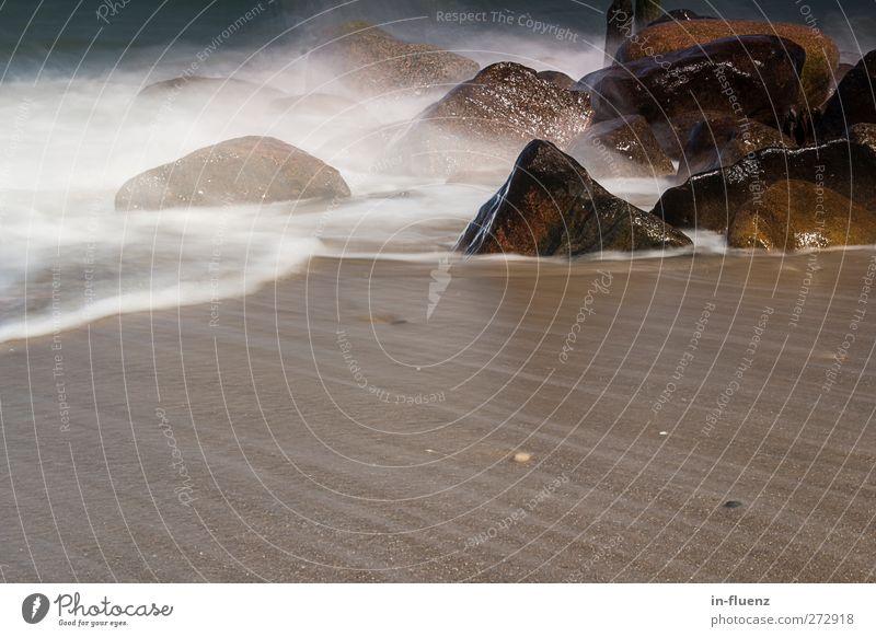 wassernebel Landschaft Urelemente Wasser Schönes Wetter Wellen Küste Strand Ostsee Stein Sand nass natürlich blau braun weiß Heiligendamm Farbfoto