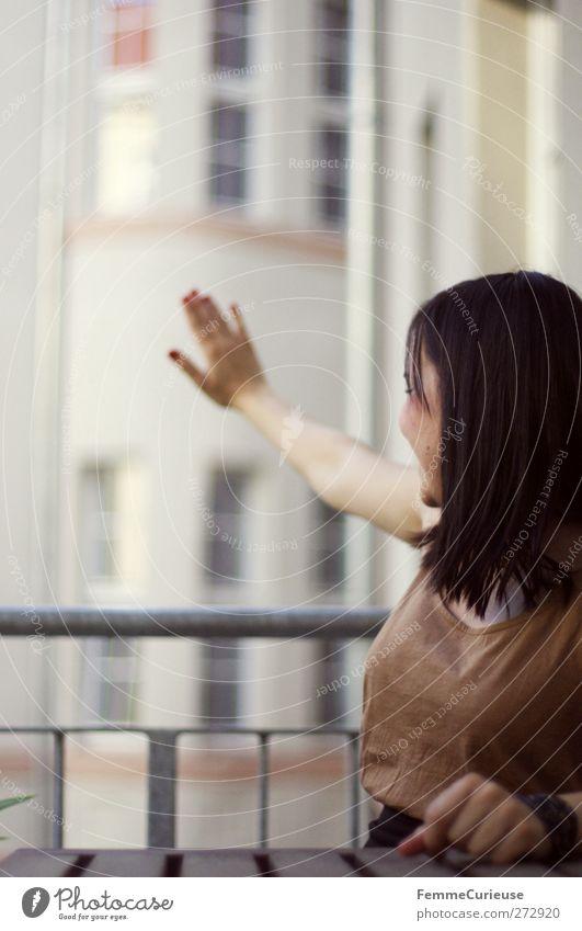 Hey! Hier drüben! Mensch Frau Jugendliche Hand schön Haus Erwachsene feminin sprechen Junge Frau Freundschaft Zufriedenheit Wohnung Arme sitzen warten