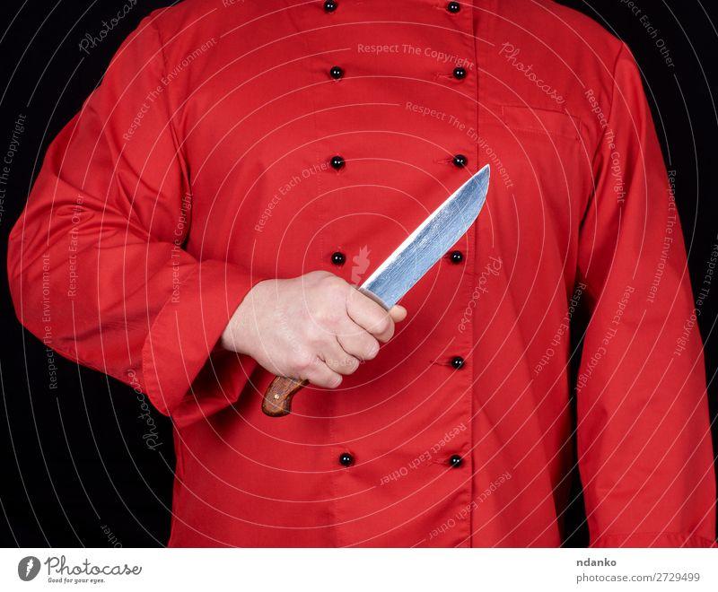 Küchenchef in roter Uniform mit einem Küchenmesser Messer Restaurant Beruf Koch Mensch Mann Erwachsene Hand Stahl stehen schwarz Klinge Kaukasier zerkleinernd