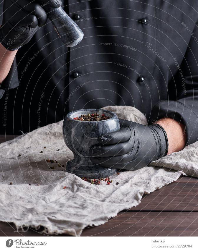 Koch mit einem Steinmörser und Pfeffer Kräuter & Gewürze Schalen & Schüsseln Tisch Küche Arbeit & Erwerbstätigkeit Werkzeug Mensch Mann Erwachsene Hand