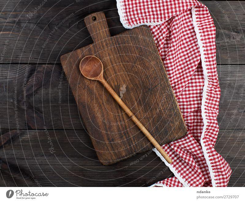 Leeres sehr altes Holzschneidebrett für die Küche Löffel Design Stoff dreckig dunkel oben retro braun rot altehrwürdig Hintergrund blanko Holzplatte