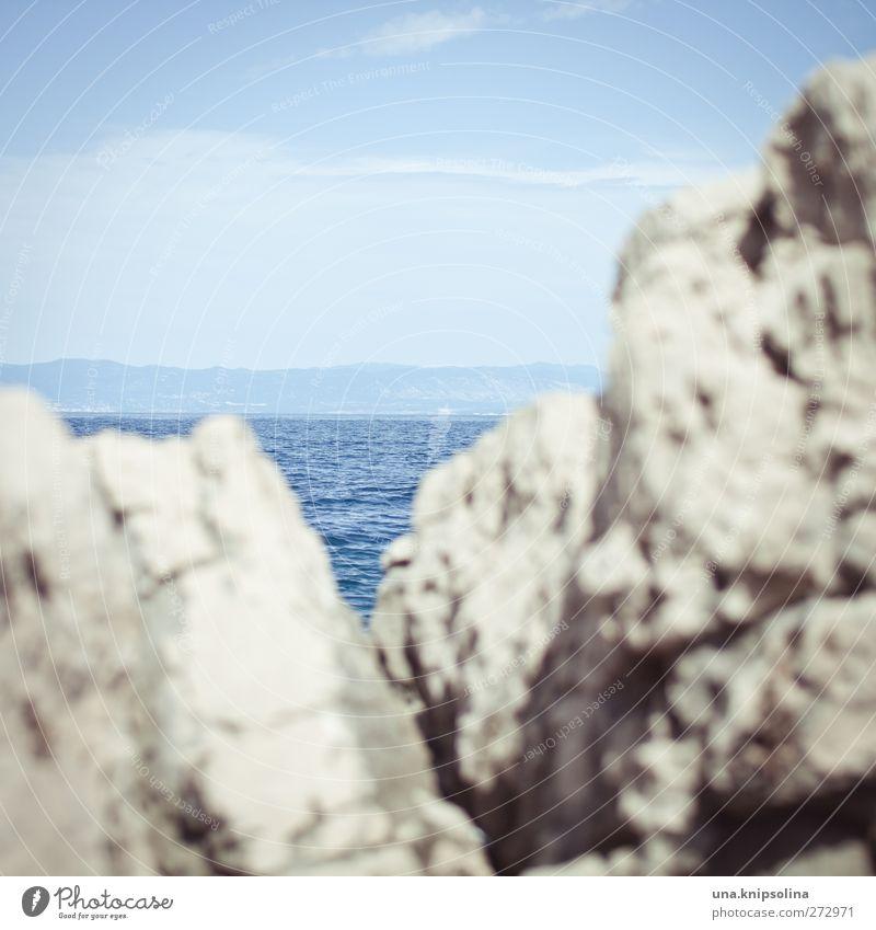 meerblick Urelemente Wasser Himmel Sonnenlicht Felsen Wellen Meer eckig rau Adria blau steil Farbfoto Gedeckte Farben Außenaufnahme Detailaufnahme abstrakt