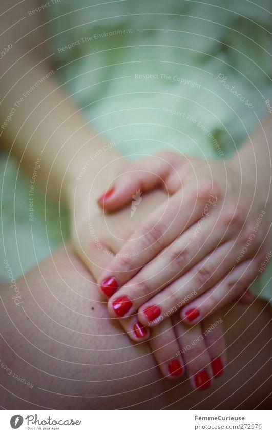 Lackiert. Mensch Frau Jugendliche grün Hand rot Freude Erwachsene feminin Erotik nackt Junge Frau Gefühle Beine 18-30 Jahre Haut