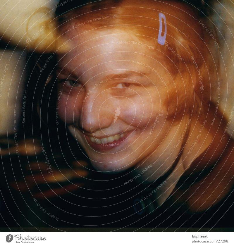 Hanna die Zweite Frau Überbelichtung gelb Mensch lachen. lächeln Unschärfe