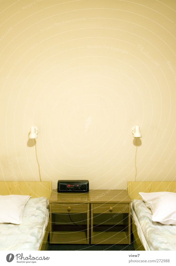 getrennte betten Ferien & Urlaub & Reisen Umzug (Wohnungswechsel) einrichten Innenarchitektur Bett Tisch Raum Schlafzimmer Mauer Wand Zeichen alt authentisch