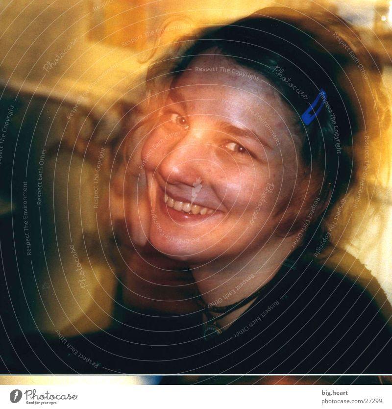 Hanna die Erste Frau Mensch gelb lachen Überbelichtung