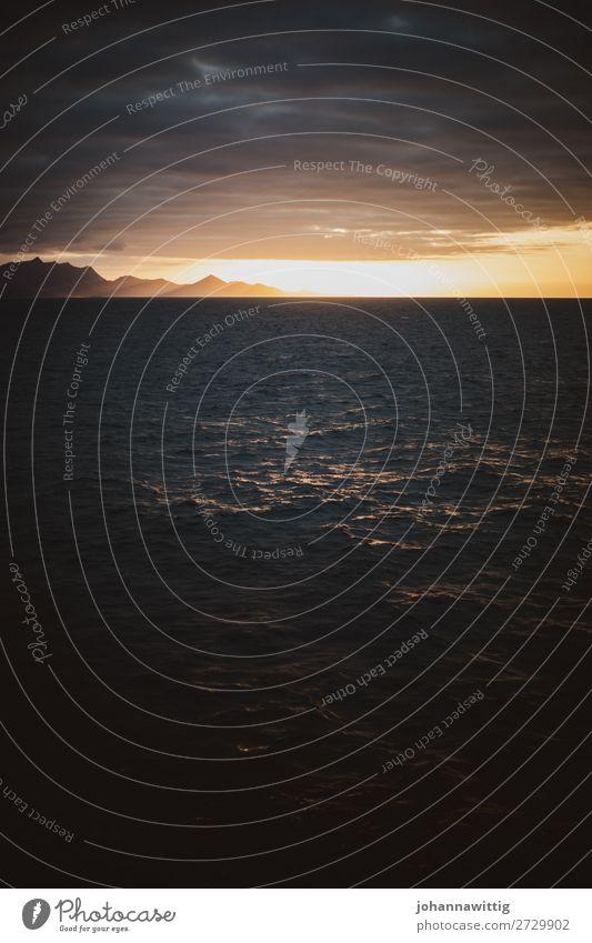 Sonnenuntergang auf dem Meer Endzeitstimmung düster Ende Trauer Traurigkeit Depression Ausweg Berge u. Gebirge Silhouette Schein strahlenförmig Strahlen Wellen