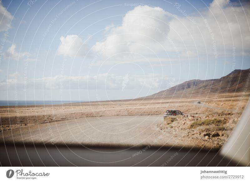 Blick auf eine leere Landschaft durch das Autofenster Straße Autoreise Ferne jugendlich Lanzarote Lücke Unbeschwertheit Meer Berge u. Gebirge