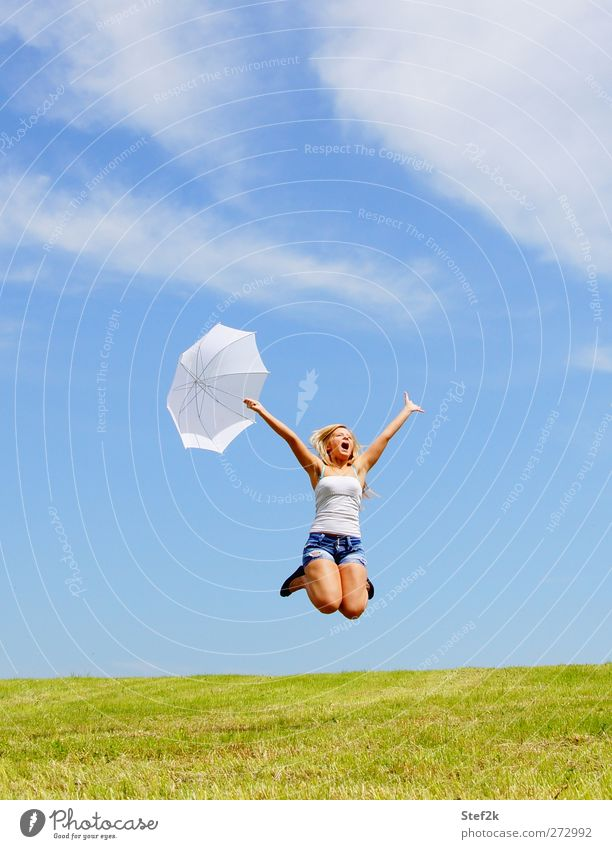 summer summer summer ! Jugendliche Freude Erholung Wiese feminin Leben Glück springen Junge Frau Schönes Wetter Wellness Fitness Regenschirm Lebensfreude