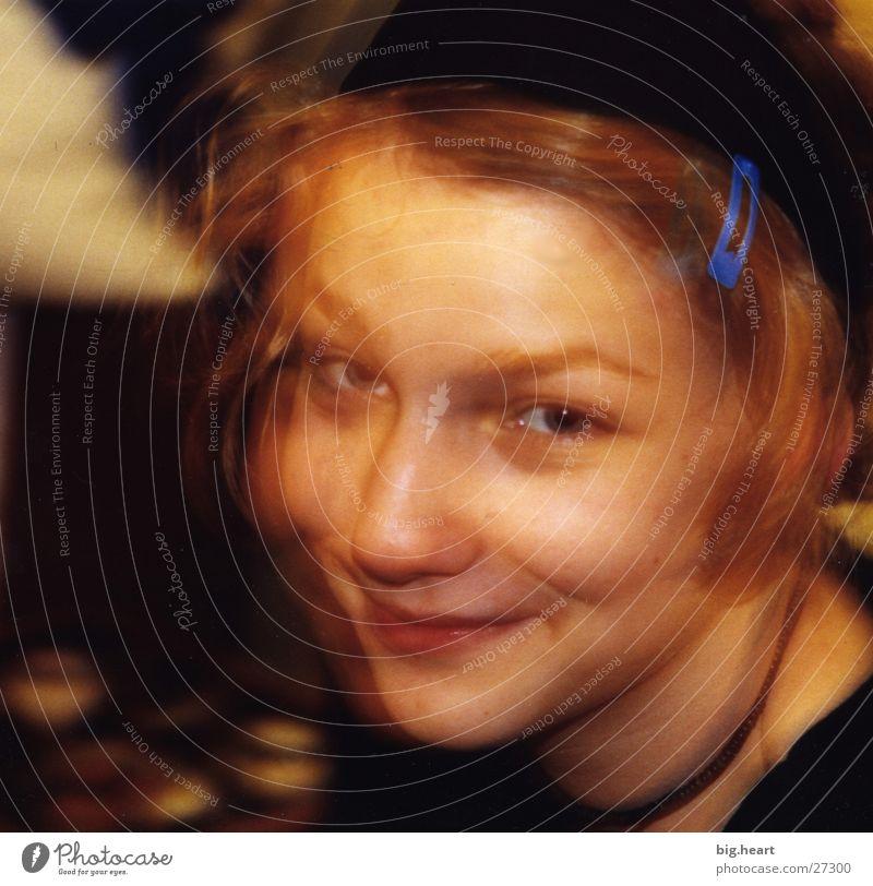 Hanna die Dritte Frau Mensch gelb lachen Überbelichtung
