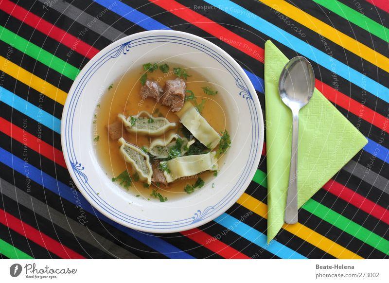 Essen ist fertig! Lebensmittel Fleisch Suppe Eintopf Ernährung Mittagessen Maultasche Rindfleisch Teller Löffel Küche Erholung genießen Gesundheit heiß blau