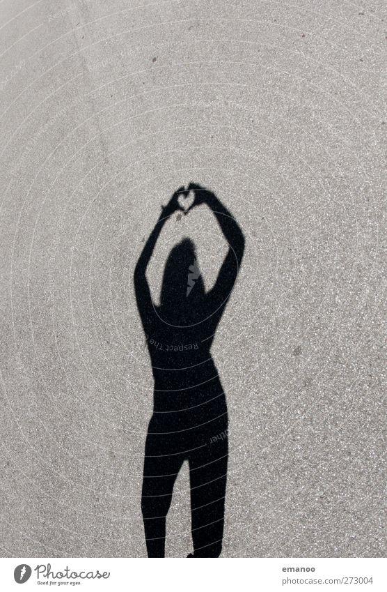 herzig Mensch Frau Jugendliche Hand schön Freude Erwachsene Liebe Straße feminin grau Stil Junge Frau Körper Zusammensein Herz
