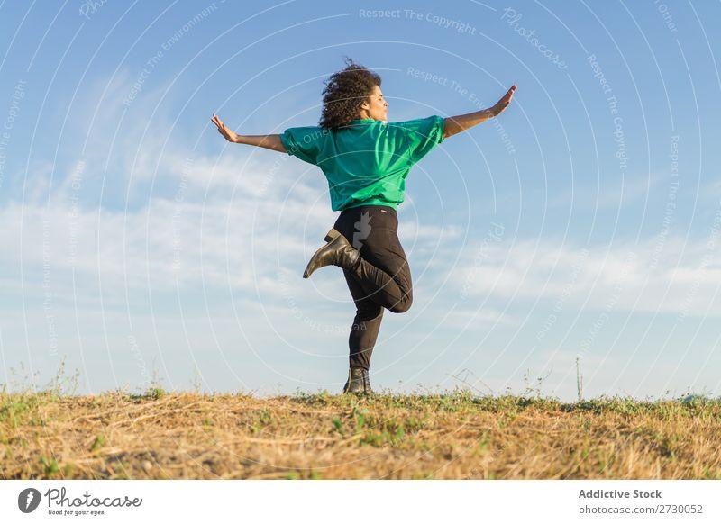 Frau in Yogapose posierend Natur meditierend Erholung Landschaft üben Gleichgewicht Energie Hände auseinander Gesundheit Ausflugsziel Konzentration Fitness