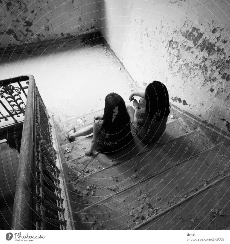 Dark Girls Actually Not Acting Mensch feminin Frau Erwachsene Paar Haare & Frisuren 2 Haus Mauer Wand Treppe Treppenhaus Treppengeländer Treppenabsatz