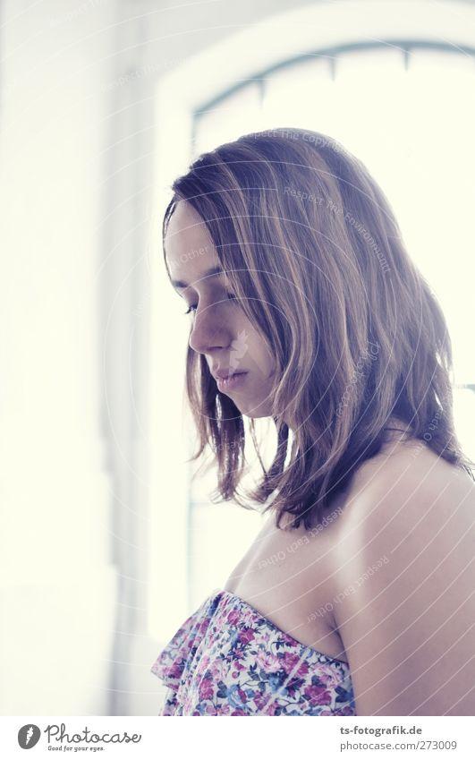 Strahlungsleck Mensch Frau Jugendliche schön Einsamkeit Erwachsene Liebe Fenster feminin Erotik Wand Junge Frau Mauer Traurigkeit rosa 18-30 Jahre