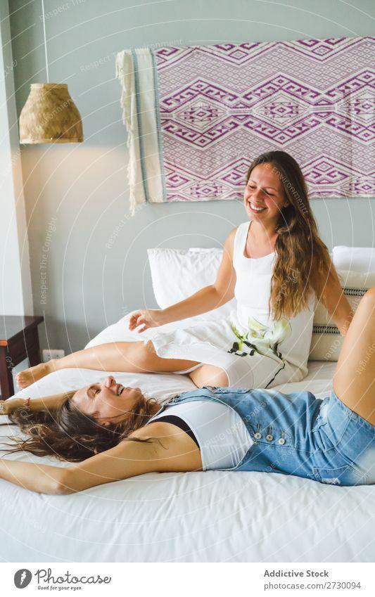 Frauen haben Spaß im Bett Paar Homosexualität Glück Liebe heiter Lächeln Freundin Partnerschaft Mensch schön Zusammensein romantisch heimwärts Wohnung 2