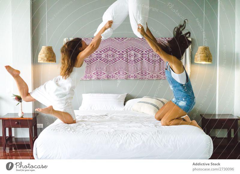 Frauen haben Spaß im Bett Paar Homosexualität Glück Liebe springen heiter Lächeln Freundin Partnerschaft Mensch schön Zusammensein romantisch heimwärts Wohnung
