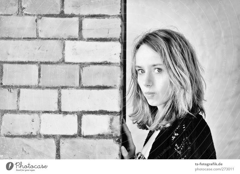 Spielfeldrand Mensch feminin Junge Frau Jugendliche Erwachsene 1 18-30 Jahre Mauer Wand Fassade Backsteinwand Stein Blick Erotik Frühlingsgefühle Warmherzigkeit