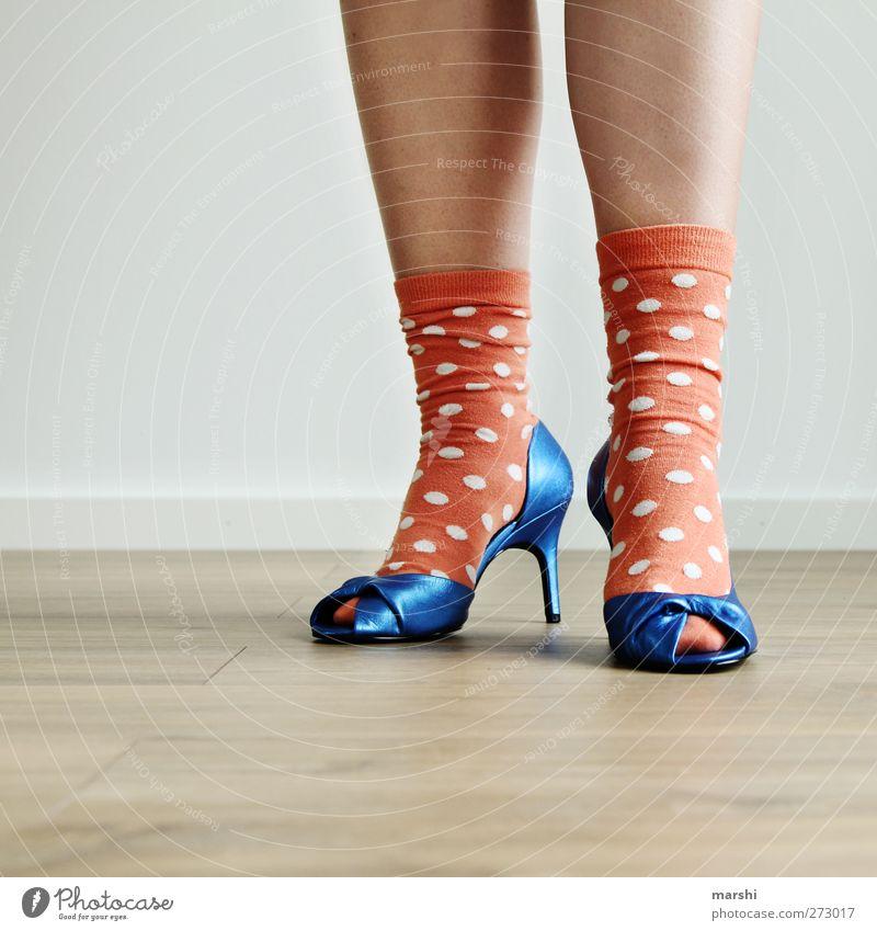 bad taste Frau Jugendliche blau Erwachsene feminin Stil Beine Mode Junge Frau Fuß orange Schuhe kaufen Bekleidung trendy Strümpfe