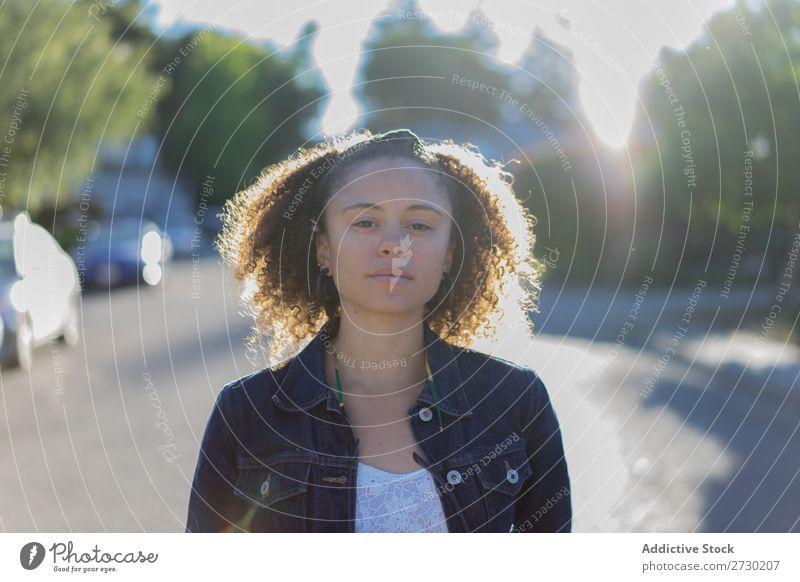 Stylisches Mädchen, das auf der Straße posiert. Frau Stadt urwüchsig Stil feminin trendy Jugendliche modern Beautyfotografie Youngster Lifestyle Großstadt