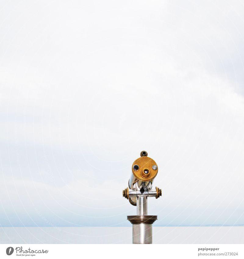 einäugiger Tourismus Ferne Sightseeing Meer Wasser Himmel Wolken Horizont Küste Fernglas Teleskop Blick gold silber türkis Menschenleer
