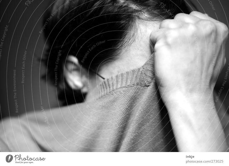 Oh NEIIIIIIIN...!!! Frau Erwachsene Leben Kopf Hand 1 Mensch Pullover schwarzhaarig kurzhaarig festhalten Traurigkeit Gefühle Stimmung Sorge Trauer Unlust