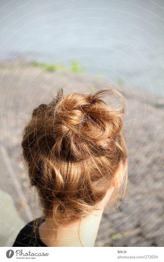ich hab die Haare schön feminin Junge Frau Jugendliche Kopf Haare & Frisuren Umwelt Natur Wasser Frühling Sommer Klima Schönes Wetter Seeufer Flussufer brünett