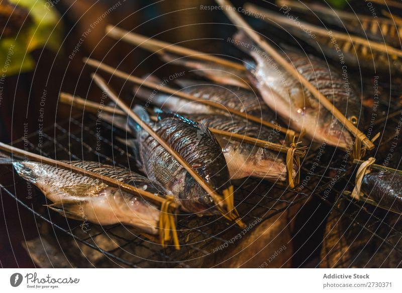 Roher Fisch am Spieß roh Markt Spieße frisch Gesundheit Zutaten Lebensmittel Meeresfrüchte Abendessen kochen & garen Vorbereitung Essen zubereiten Feinschmecker