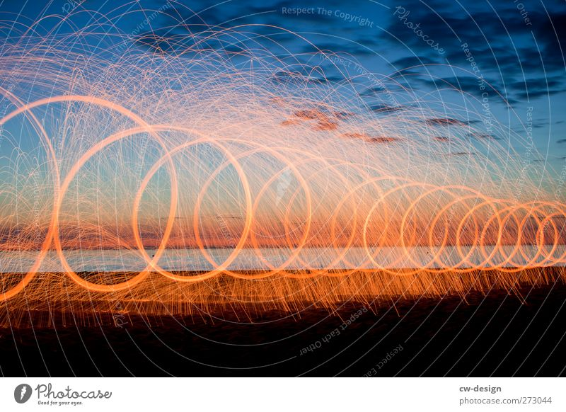Lichtermeer Abenteuer Sommer Silvester u. Neujahr Veranstaltung Show Landschaft Wolken Nachthimmel Schönes Wetter Küste Seeufer Strand Meer Insel blau orange