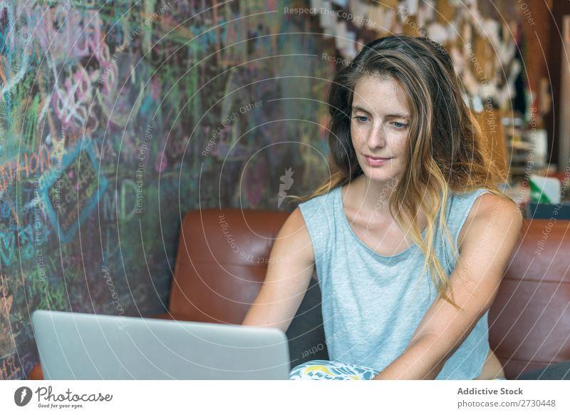 Frau mit Laptop im Café Kaffee Tisch trinken genießend hübsch Jugendliche Dame Mensch Notebook Tasse Telefon Technik & Technologie Lifestyle modern Pause
