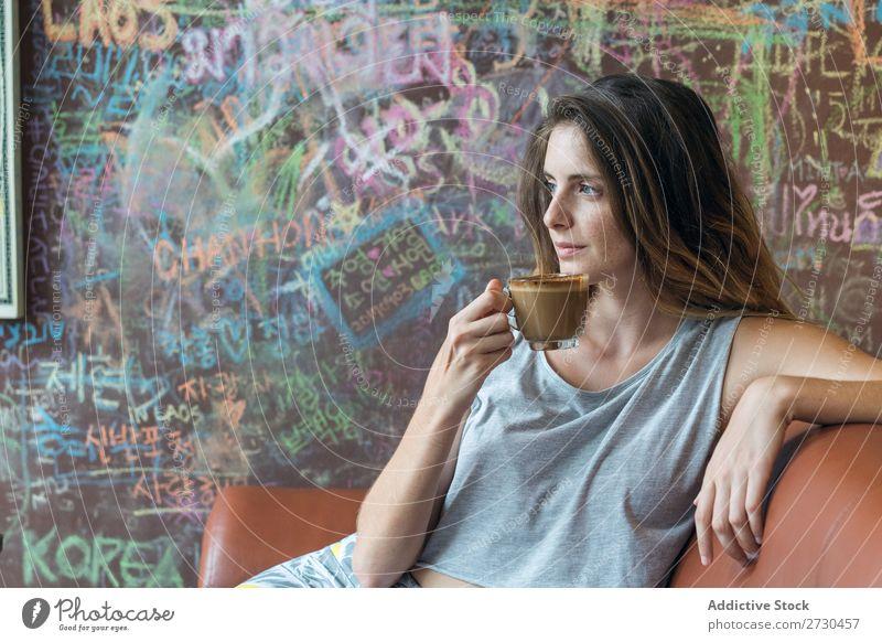 Lächelnde Frau beim Kaffee im Café Tisch trinken genießend Liege Glück hübsch Jugendliche Dame Mensch Notebook Tasse Telefon Technik & Technologie Lifestyle
