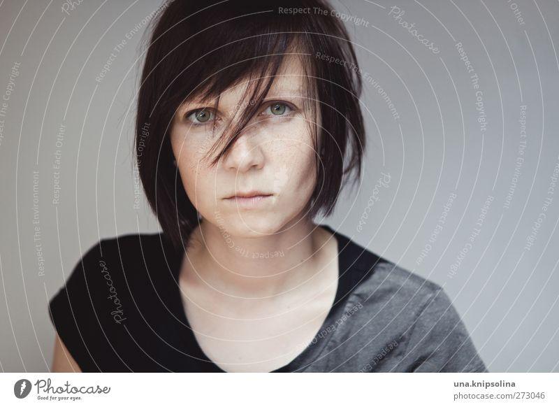 grumpig feminin Junge Frau Jugendliche Erwachsene 1 Mensch 18-30 Jahre T-Shirt brünett kurzhaarig Pony Denken Traurigkeit rebellisch Gefühle Müdigkeit