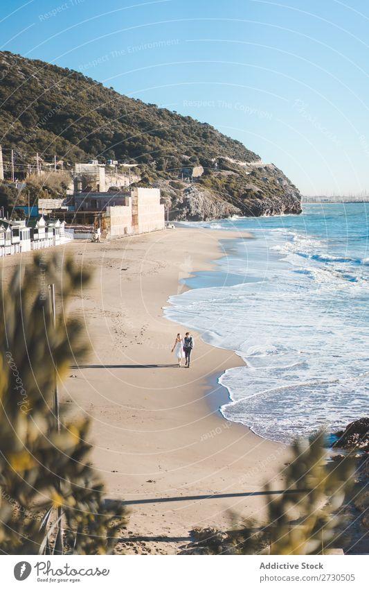 Romantische Braut und Bräutigam beim Spaziergang am Strand Paar striegeln Landschaft Natur Promenade romantisch Außenaufnahme Seeküste Zusammensein Liebe Meer