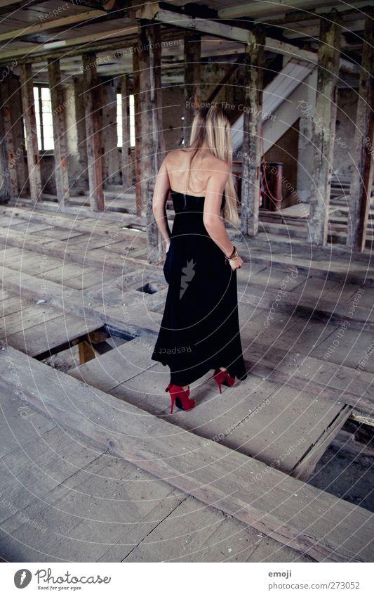 Abschied feminin Junge Frau Jugendliche 1 Mensch 18-30 Jahre Erwachsene Mode Kleid Damenschuhe alt außergewöhnlich trendy historisch schön Verfall Farbfoto