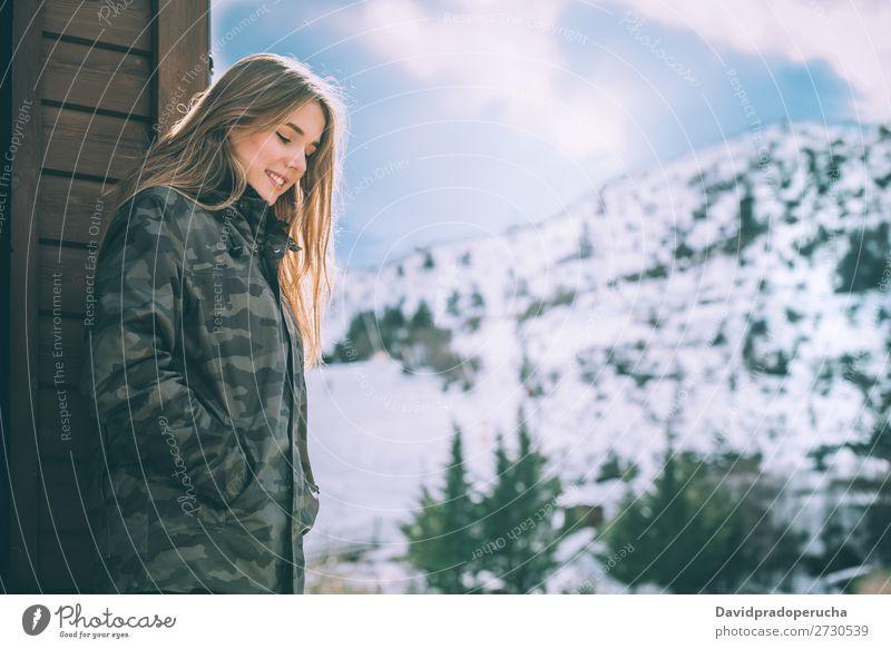Porträt Junge hübsche Frau im Winter in einer Blockhütte im Schnee Jugendliche Glück Hütte Totholz